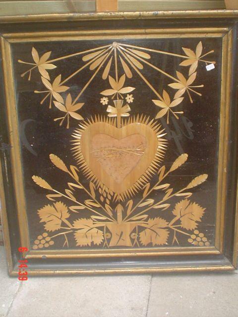 Paille werk. (stro) 19e eeuws, ingelijst heilig hart ;52 bij 53, 1 van 3 stuks
